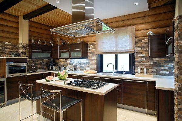 Отделка натуральным камнем на кухне в деревянном доме