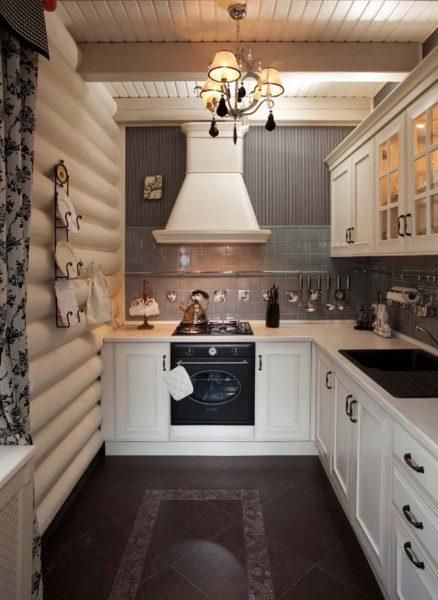 Узкая кухня в бревенчатом доме