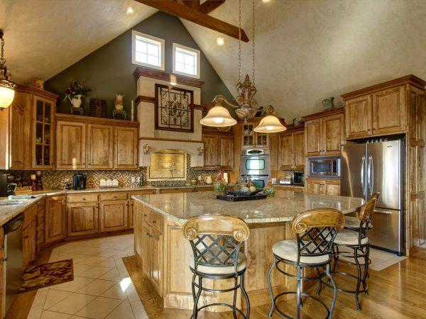 Яркая кухня в деревянном доме