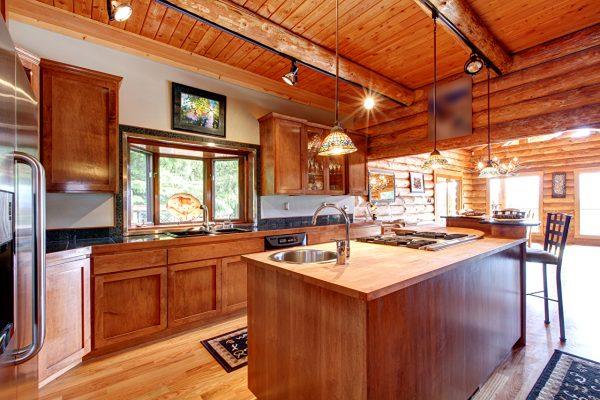 Потолок, обшитый вагонкой в деревянном доме