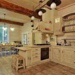 Отделка пола плиткой под камень на кухне в деревянном доме