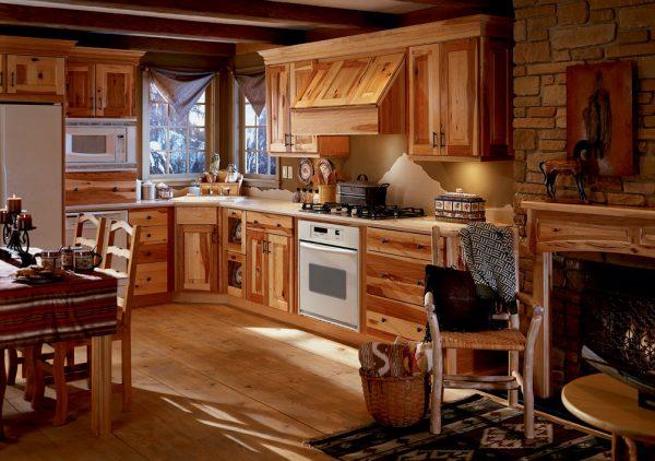 Пол из натурального дерева на кухне