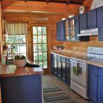 Синий цвет в интерьере кухни в деревянном доме