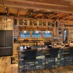 Натуральный камень в оформлении интерьера кухни в деревянном доме