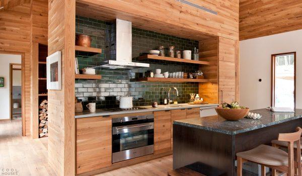 Современный интерьер кухни в деревянном доме