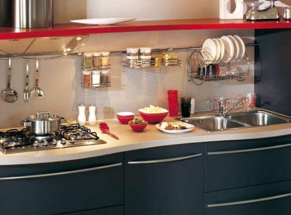 рейлинг на чёрно-красной кухне