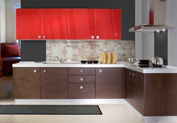 чёрно-красная кухня с коричневыми шкафами