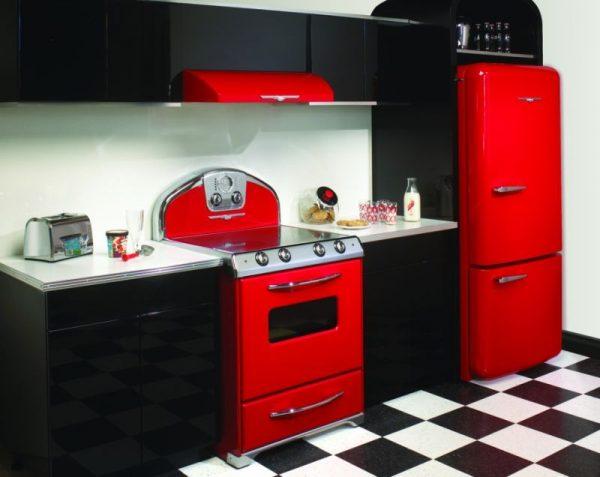 чёрно-красная кухня с красной техникой