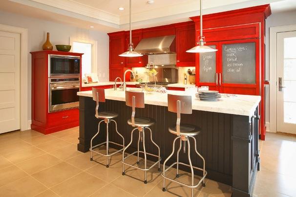 чёрно-красная кухня с коричневой плиткой
