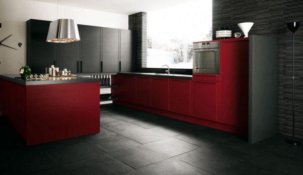 чёрно-красная кухня с чёрным полом
