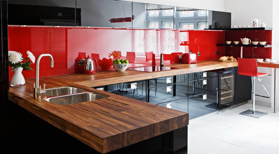 Интерьер черно-красной кухни фото
