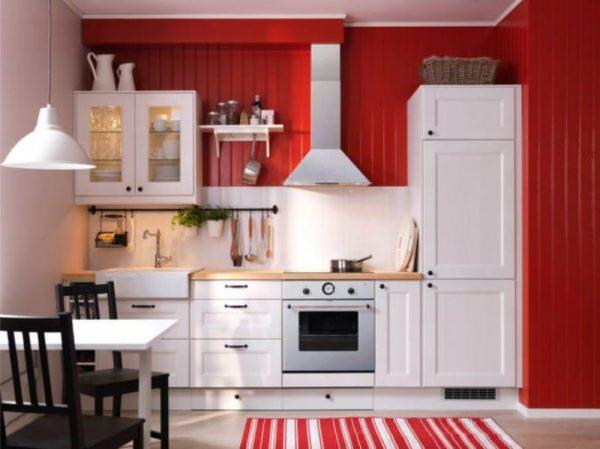 чёрно-красная кухня с белым гарнитуром