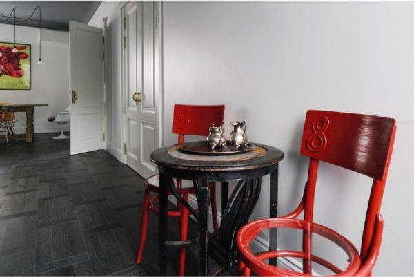 чёрный стол и красные стулья