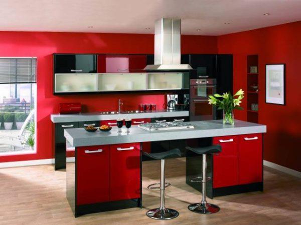 чёрно-красная кухня с ламинатом
