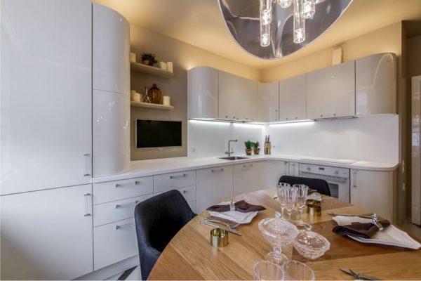 интерьер белой кухни с закруглёнными торцами 13 кв. метров