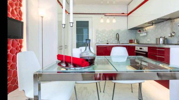 интерьер белой кухни с красным 13 кв. метров