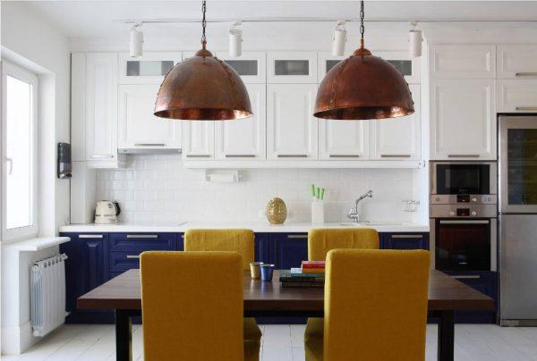 дизайн кухни 15 кв. метров 2017 года с жёлтыми стульями