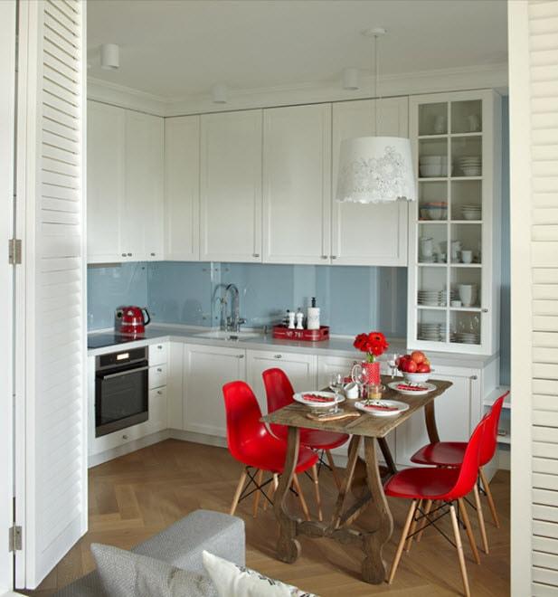 дизайн кухни 15 кв. метров 2017 года с красными стульями
