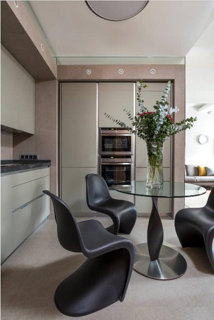 кухня со стильными стульями 13 кв. метров