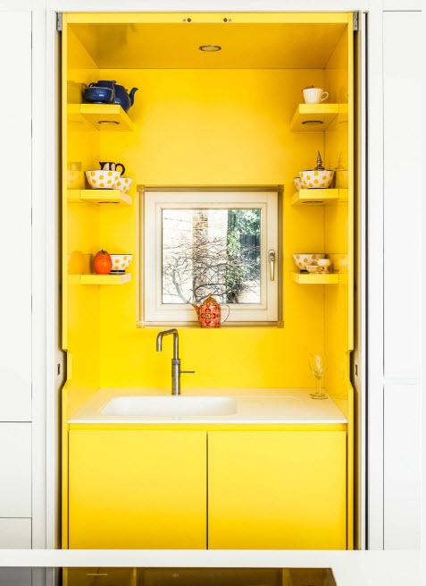 Жёлтый кухонный шкаф