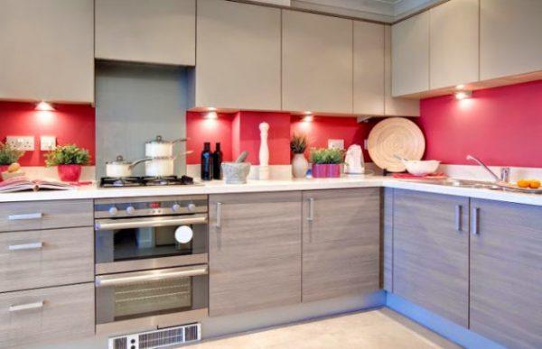 угловая кухня 2017 с красным фартуком