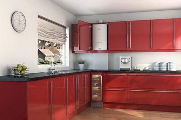 красная кухня экономкласса в частном доме