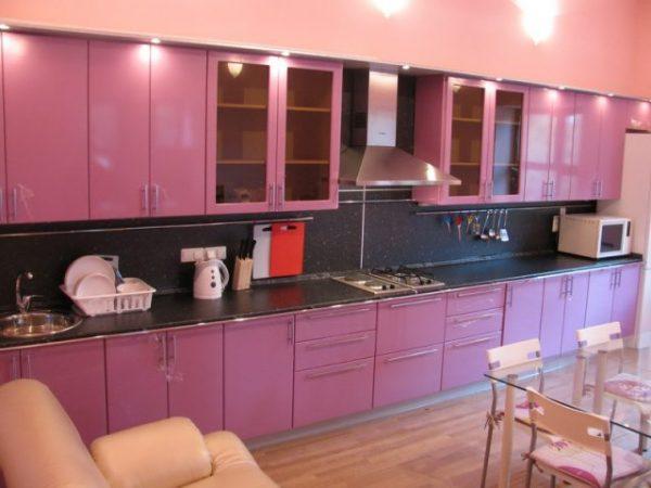 розовая кухня экономкласса в частном доме