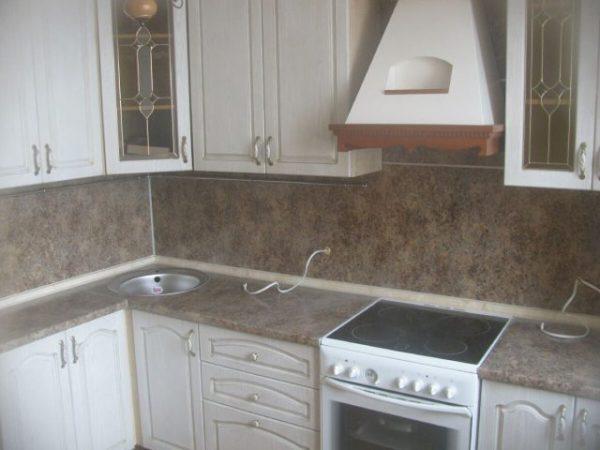 белая кухня экономкласса в частном доме