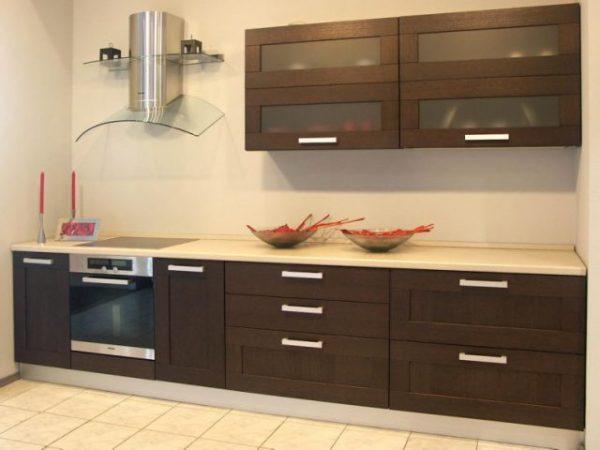коричневая кухня экономкласса в частном доме