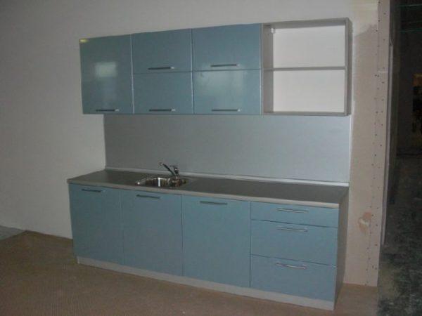 голубая кухня экономкласса в частном доме