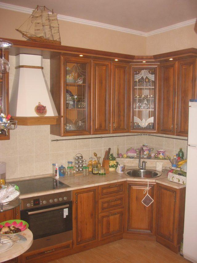 кухня с деревянными фасадами экономкласса в частном доме