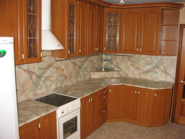 угловая кухня экономкласса в частном доме