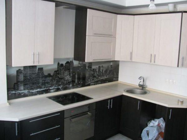 чёрно-белая кухня экономкласса в частном доме