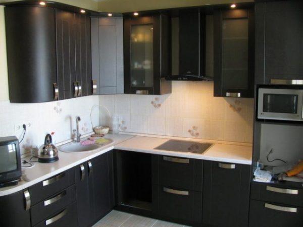 чёрная кухня экономкласса в частном доме