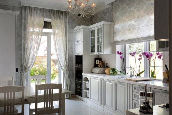 светлая кухня экономкласса в частном доме