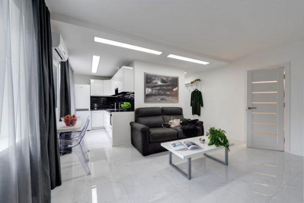 чёрный диван на кухне гостиной в квартире студио