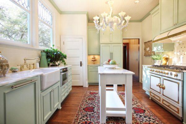 кухня в стиле прованс с ковром