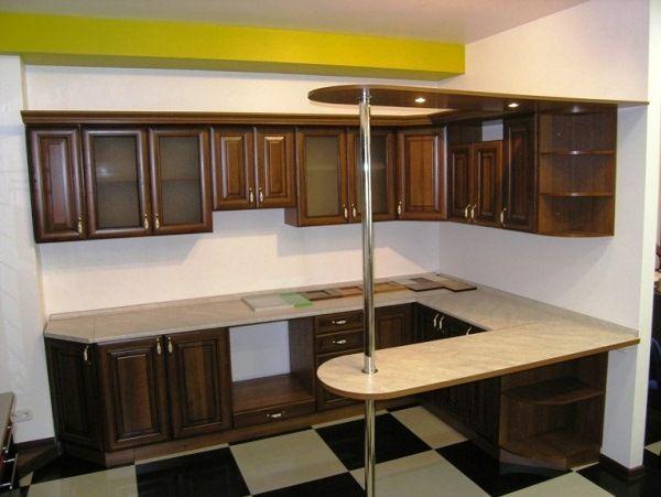 Угловая кухня с барной стойкой в один уровень с гарнитуром