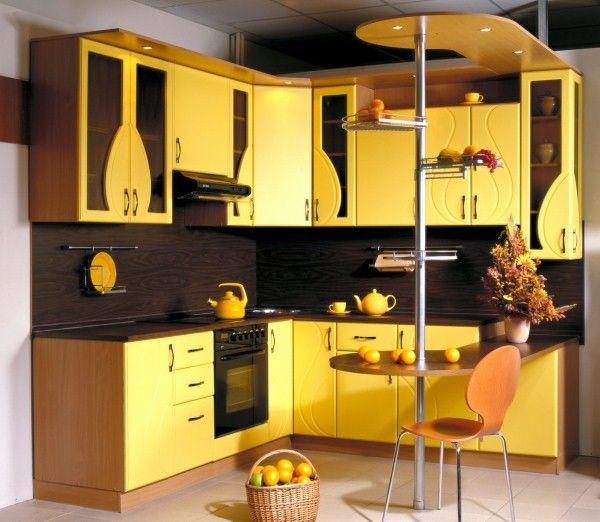 жёлтая кухня с барной стойкой