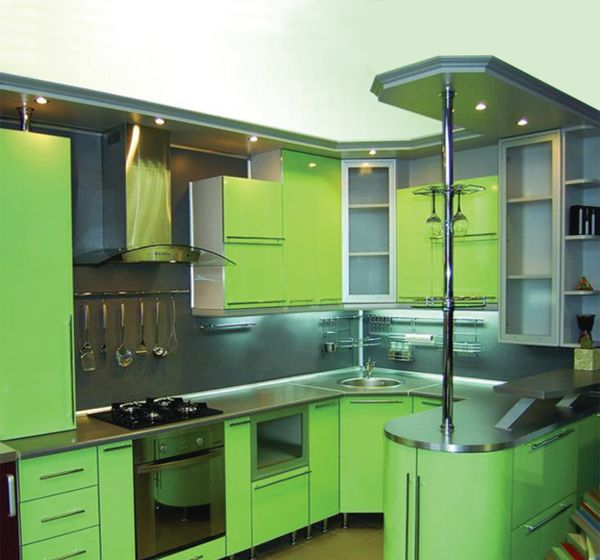зелёная угловая кухня с барной стойкой