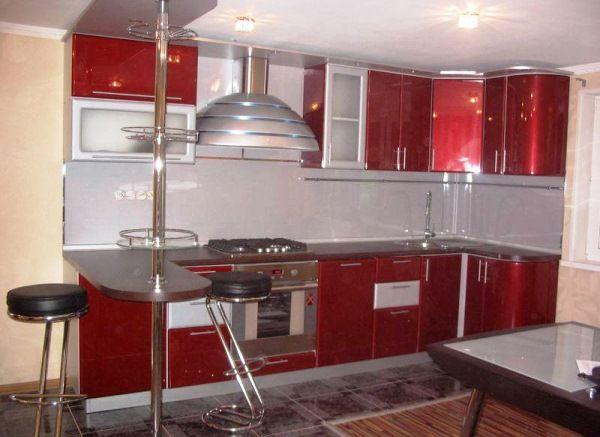 Угловая красная кухня с барной стойкой