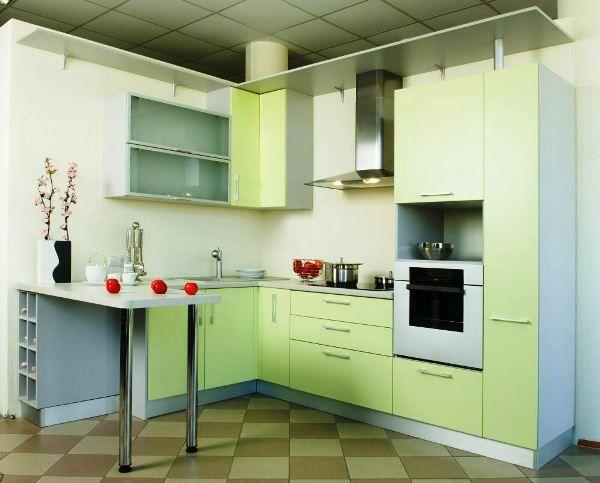 Угловая зелёная кухня с барной стойкой