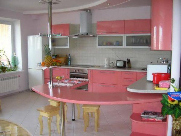 розовая кухня с барной стойкой
