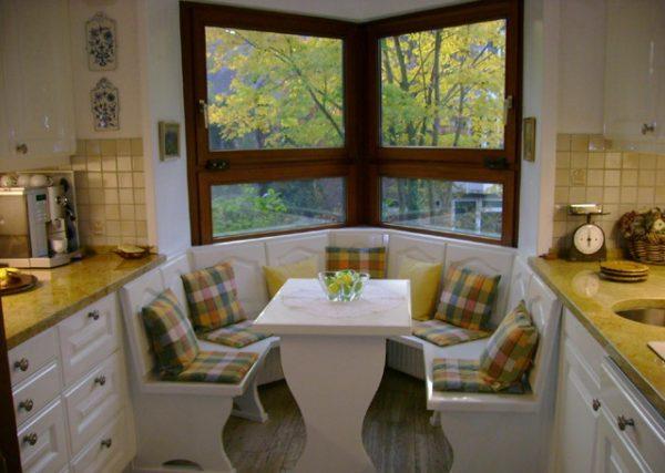 кухонный уголок в эркере на кухне