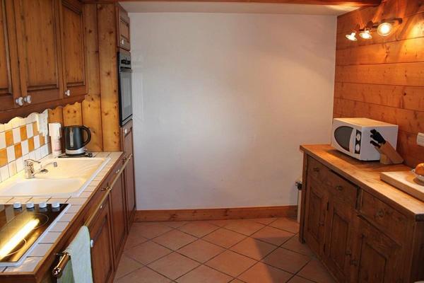 плитка на полу кухни в стиле шале