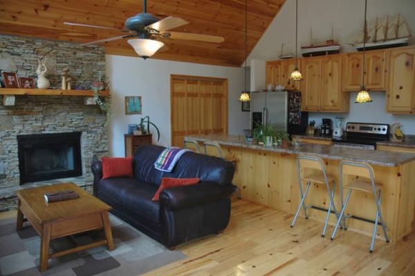 диван на кухне в стиле шале