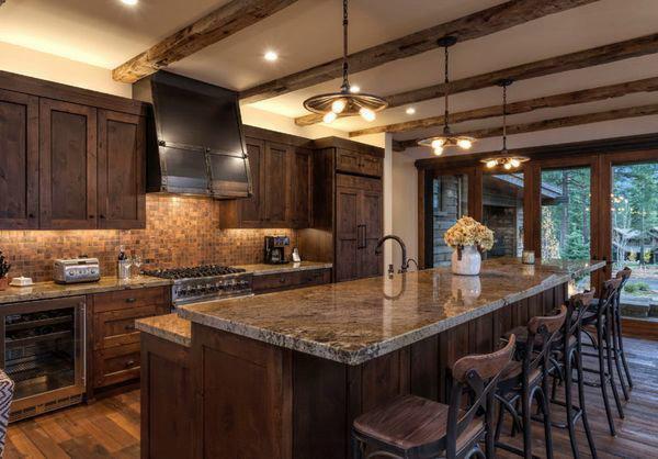 кухня в стиле шале со столешницей из мрамора