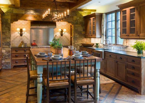обеденный стол на кухне в стиле шале