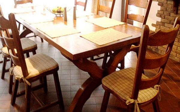 стол со стульями на кухне в стиле шале
