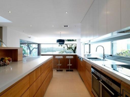 кухня в доме у окна